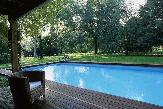 Pavimenti bordo piscina in legno for Bordi per piscina prezzi